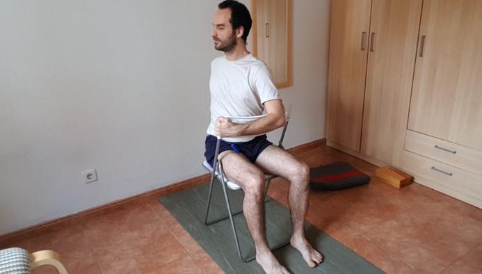 Bharadvajasana en silla