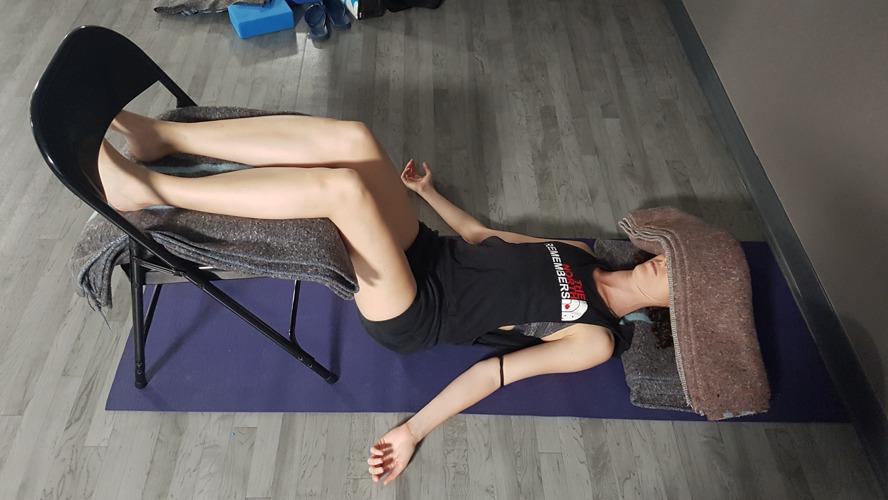 savasana con silla